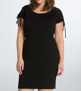 😁PRICEDROP😁Torrid black dress with lace up arms